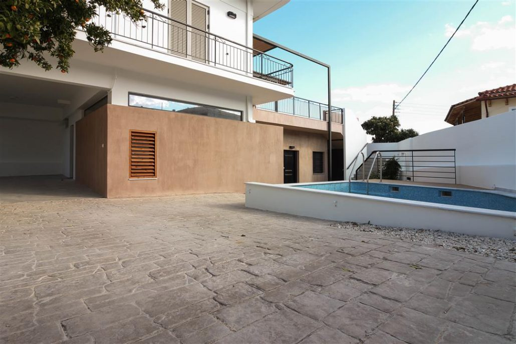 This photo show the external view of a building along side with the pool. It is related to house number 7.